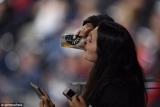 Фанат бейсбола поймал мяч стаканом с пивом, пока через телефон